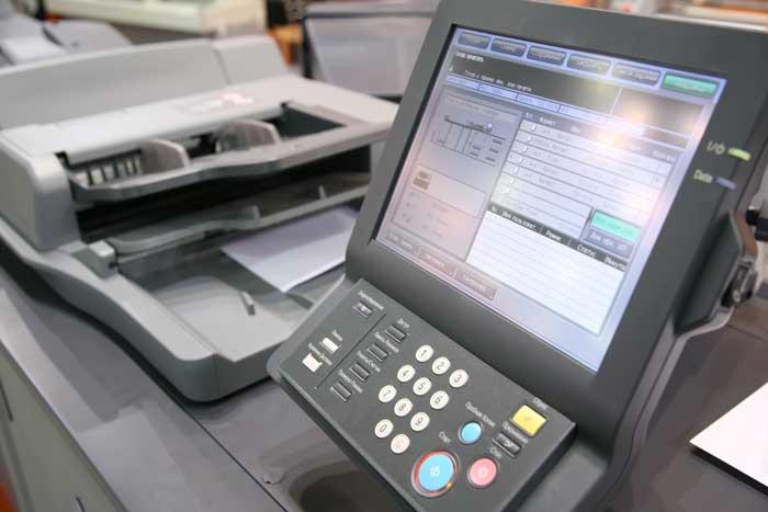 Digitaldrucker Monitor und Papiereinzug